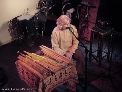 Раньше было трудно достать подобные инструменты, поэтому Сергей решил сделать себе флейту сам.