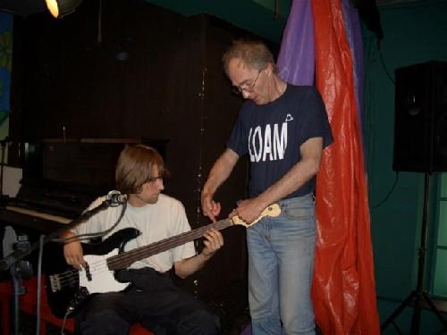 Николай Петров - Техника исполнения на безладовой бас-гитаре научиться играть и петь мастер-класс.